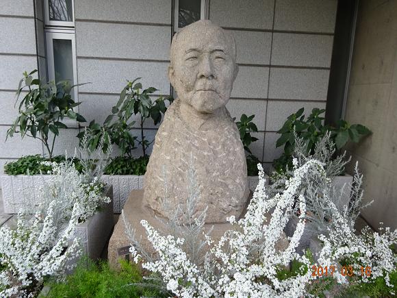 花に囲まれた渋澤栄一翁